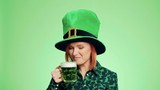 Woman with leprechaun's hat drinking beer - 250435180
