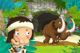 kreskówka szczęśliwa scena z jaskiniowcem podróżującym w pobliżu jakiejś jaskini i mamuta wychodzącego z jaskini - ilustracja dla dzieci