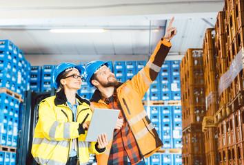 Arbeiter in einem Logistik Lagerhaus planen das nächste Projekt © Kzenon