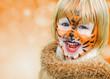 glückliches geschminktes Kind beim Kinderkarneval auf einem Freizeitpark