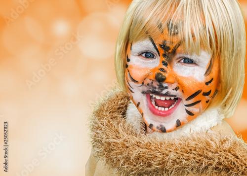 Leinwanddruck Bild glückliches geschminktes Kind beim Kinderkarneval auf einem Freizeitpark