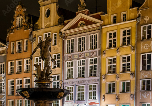 obraz lub plakat Gdansk, old town and famous crane at amaizing night with fountain in the front of view. Poland