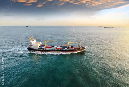 vue aérienne cargo en pleine mer