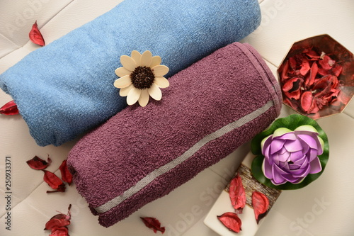 asciugamani per centro benessere con fiori sala da bagno e cosmetici per il benessere del corpo