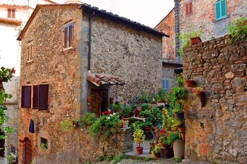 tradizionali case toscane nel famoso centro storico di Anghiari in provincia di Arezzo, Italia