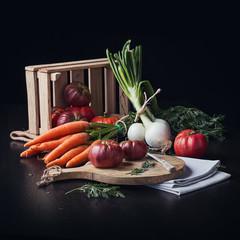 Bodegón de frutas verduras y hortalizas sobre mesa de madera