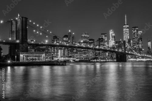 Fototapeten Brooklyn Bridge brooklyn bridge at night in black and white