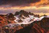 Alpejski krajobraz górski z lodowca i szczyty pokryte śniegiem