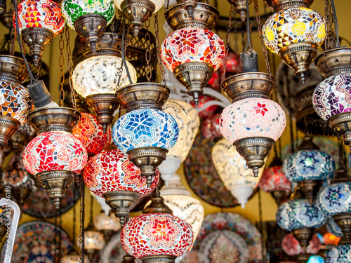 Lampen, orientalische Lampen, Orient, Licht, bunt, Hängelampen, buntes Glas, Deckenlampen, Farbe, Mosaik, Traubenform, schön, nostalgisch, Verzierungen,  © Uwe