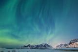 Piękny widok północnego światła na Lofotach zimą