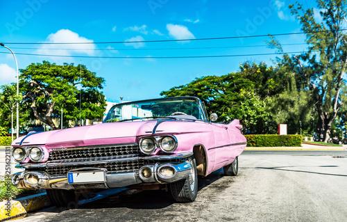 obraz PCV HDR - Amerikanischer pink Cabriolet Oldtimer parkt in der Seitenstrasse in Havanna City Cuba - Serie Kuba Reportage