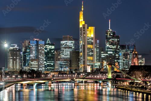 Leinwanddruck Bild Das Bankenviertel von Frankfurt am Main bei Nacht und künstlicher Beleuchtung
