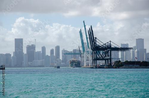 Fracht Hafen in der Grosstadt Miami, Industrie und Technologie in urbanem Gebiet