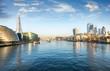 Die Skyline von London am Morgen: entlang der Themse mit Blick auf die City und London Bridge
