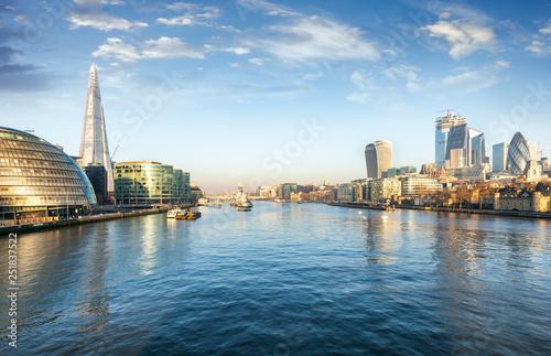 obraz lub plakat Die Skyline von London am Morgen: entlang der Themse mit Blick auf die City und London Bridge
