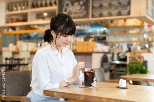 カフェの女性 - 251981598