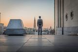 Mont des Arts Bruxelles - Homme regardant le coucher de soleil