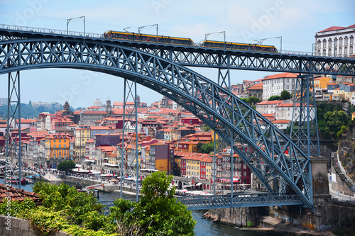 mata magnetyczna Porto, Portugal, Europe. Old Town, view of the Don Luis Bridge on the Douro River, a tourist spot.