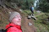 Trekking en forêt, homme selfie sourit