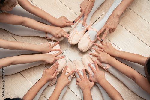 Chinese children show fingers each other in the circle from the top - 252587571