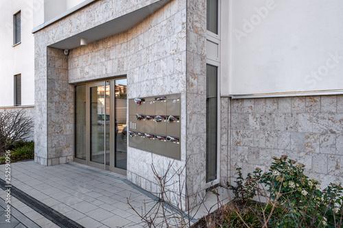 Leinwanddruck Bild Gebäude Eingang mit Glastür