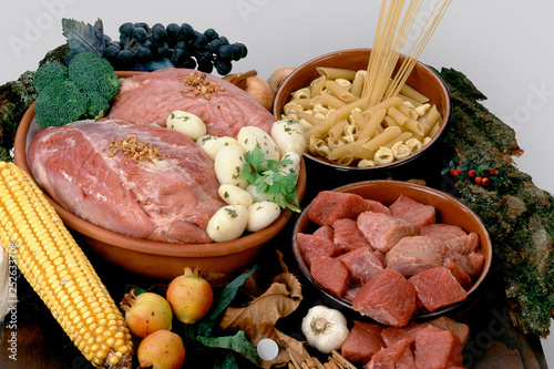 some food on a wood table © Guillermo