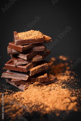 mata magnetyczna dark chocolate stack and cocoa powder