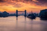 London am Morgen: die Tower Brücke über der Themse bei Sonnenaufgang, Großbritannien