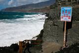 Menschenleerer Strand Playa el Charcon bei starker Brandung