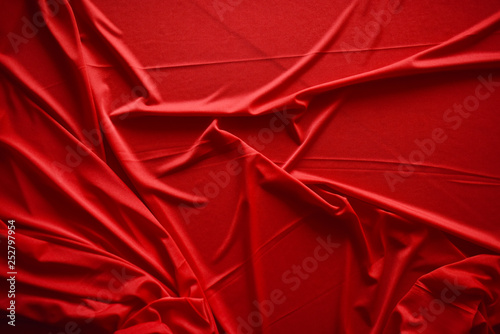 mata magnetyczna folds on red fabric