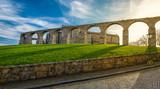 Arcos e castelo no dia de sol