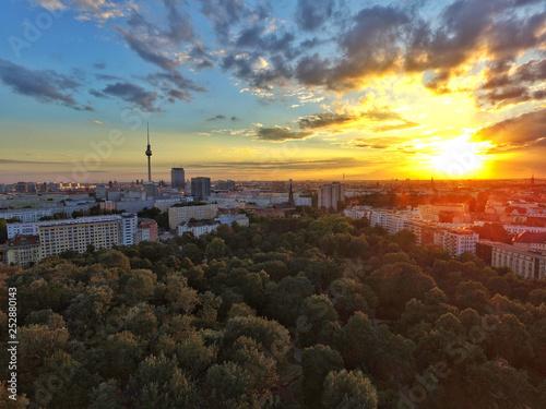Leinwanddruck Bild Berliner Volkspark at sunset