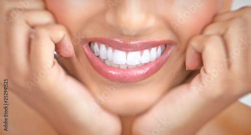 woman smile and teeth © Kurhan