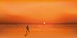 Paysage de bord de mer au soleil couchant avec un homme qui marche seul sur la plage en cherchant à s'évader ou à trouver l'inspiration.