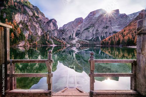 Leinwanddruck Bild Steg in den See Pragser Wildsee