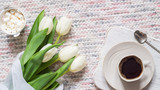 Fototapeta Tulipany - Bouquet of white tulips and cup of coffee © natagolubnycha