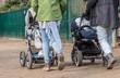 Leinwanddruck Bild - Junge Mütter mit Kinderwagen