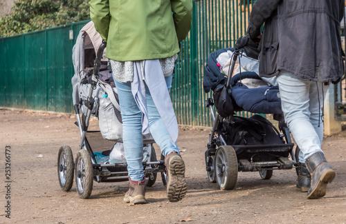 Leinwanddruck Bild Junge Mütter mit Kinderwagen