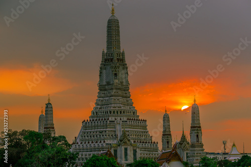 Twilight wallpaper in the evening,the sun going back to the horizon,Wat Arun Ratchawaramaram is a temple along the ChaoPhraya River is an important place and a beautiful tourist destination in Bangkok
