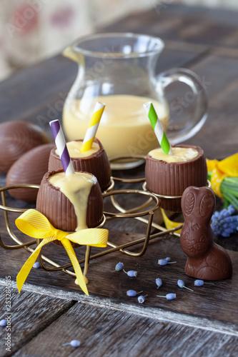Leinwanddruck Bild Eierlikoer in Schokoladenei