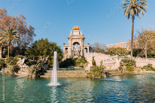 Leinwanddruck Bild BARCELONA, SPAIN - DECEMBER 28, 2018: architectural ensemble and lake with fountains in Parc de la Ciutadella