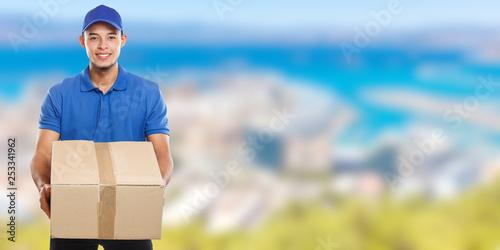 Leinwandbild Motiv Paket Versand Postbote Post Lieferung liefern Paketzusteller Paketdienst Beruf Mann Latino Banner Textfreiraum Copyspace