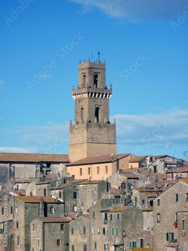 Torre campanaria e tetti rossi