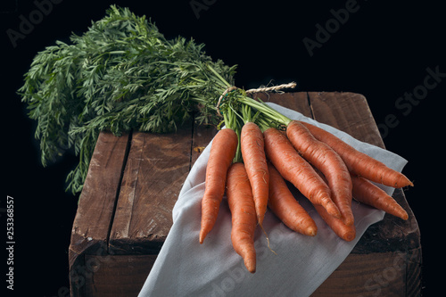 Bodegón de zanahorias de la huerta sobre una caja de madera © Raimundo