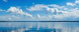 Panorama spokojny jezioro, Kama rzeka niebieskie niebo z chmurami odbijał w wodzie.