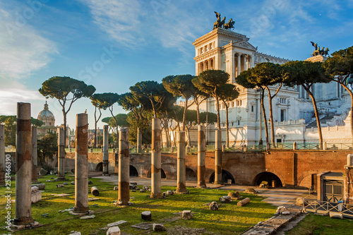 Leinwanddruck Bild Vittoriano monument building in Rome