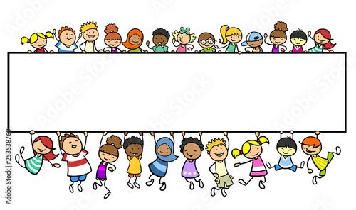 Kinder an einem leeren Banner als Header Template - 253538760