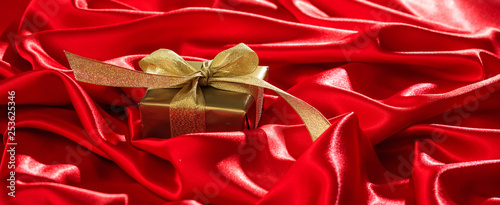 mata magnetyczna Gift box on a red satin background