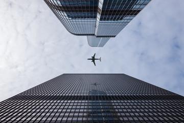 Airliner bei der Landung über Hochhäusern