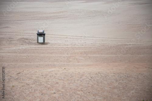 obraz lub plakat Mülleimer am Strand. Kein Plastik für die wertvolle Umwelt